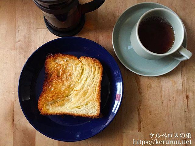 デニッシュ食パンとカフェインレス紅茶の朝ご飯