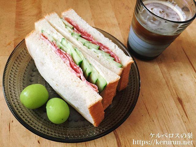 サンドイッチとアイスラテで朝ご飯