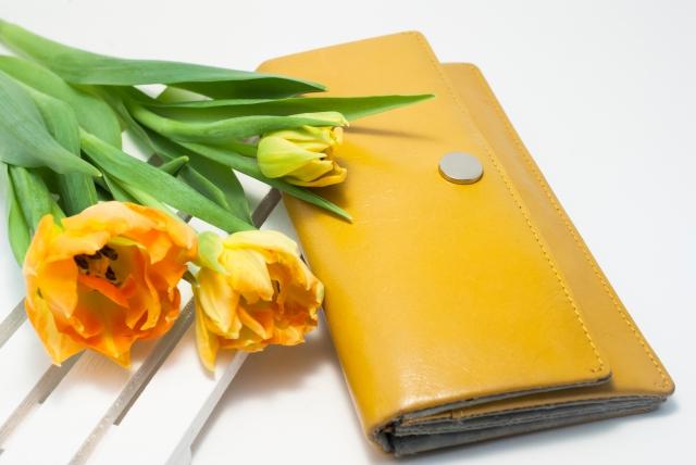 黄色い長財布にしても、お金は貯まらないと思いますけど……