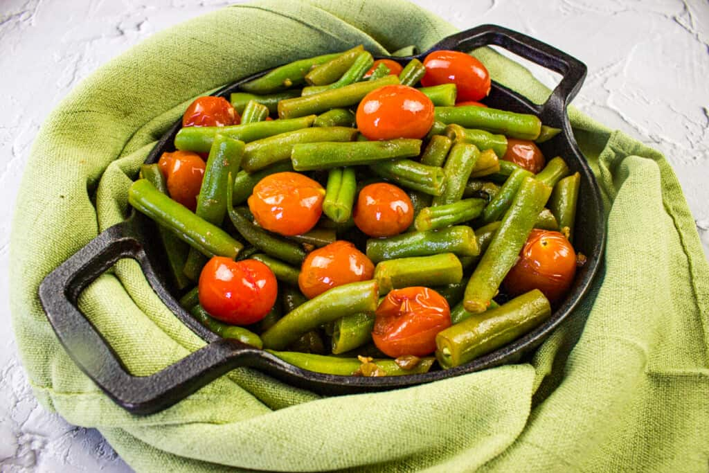 keto green beans and tomatoes in a black dish