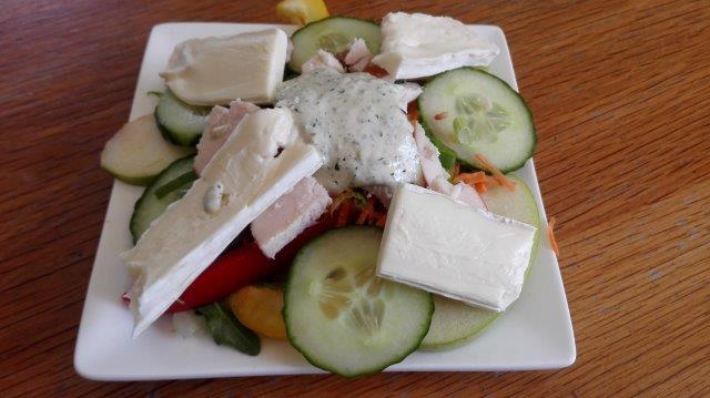 Zonnige salade met gerookte kip, brie en pestodressing