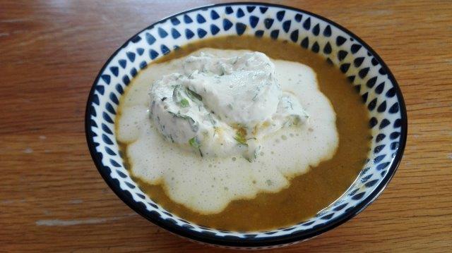 Zoete aardappelpreisoep met kruidenroom