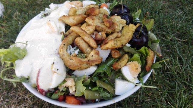 Zomerse salade met kerrie-kipreepjes en knoflooksaus