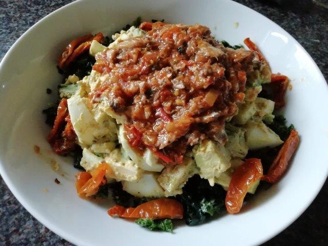Lauwwarme boerenkool-ei salade met sardientjes in pittige tomatensaus