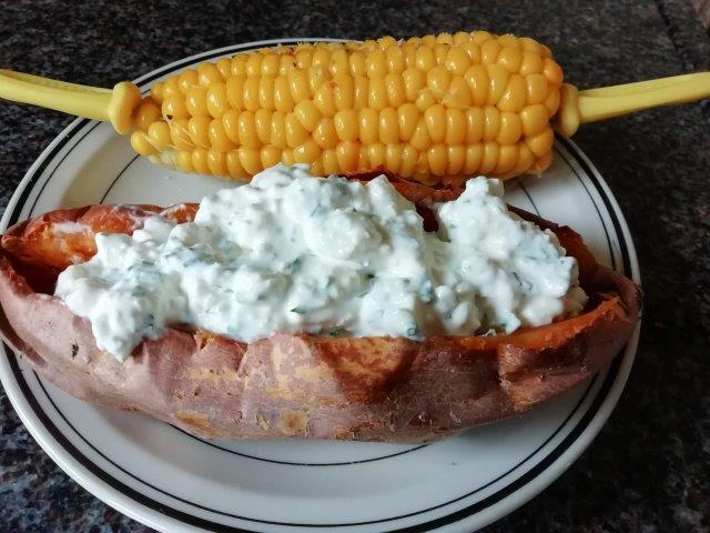 Gepofte (zoete) aardappel uit de Airfryer met een romige feta-kruidenvulling, tzatziki of guacemole