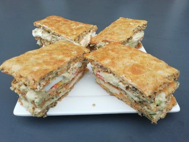 High tea sandwich met avocadomayo, gerookte kip en geroosterde paprika