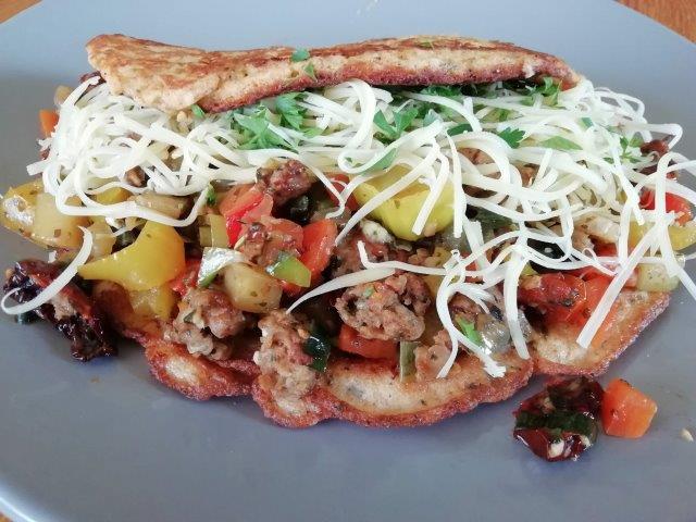 Hüttekäse pannenkoeken met kipgehakt, pesto-groenten en gedroogde tomaatjes
