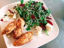Salade kip met kiemgroenten en rode biet