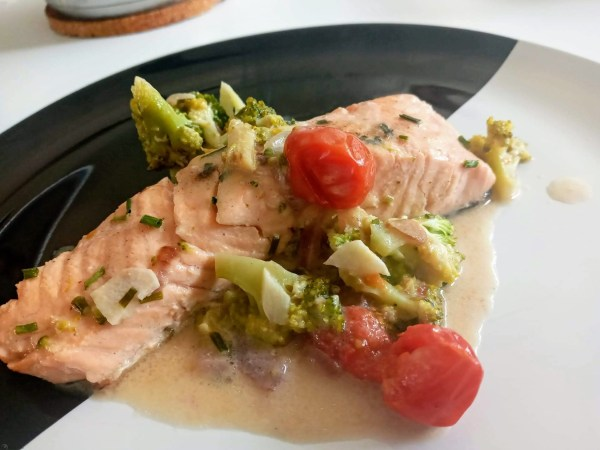 keto zalm met broccoli in kokosmelk op bord