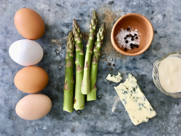 Parsa-homejuustomunakas (Asparagus and blue cheese omelette)