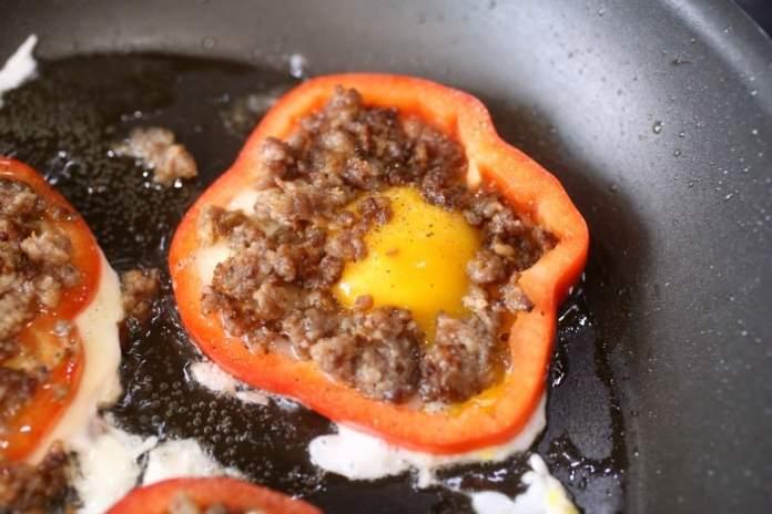 keto-breakfast-pepper-recipe-sausage-eggs-and-pepper-rings