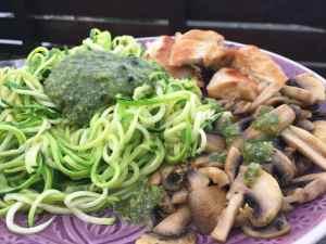 Zoodles mit frischem Pesto, Champignons und Hühnchen