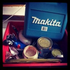Een kist vol spullen en nog een auto vol meer....