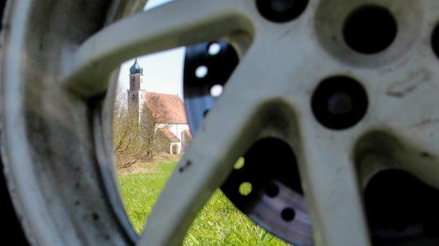 Kirche Thomasbach gesehen durch die Motorradfelge