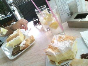 Caffé Dorottya, szánalmas sütemény, még szánalmasabb limonádéval