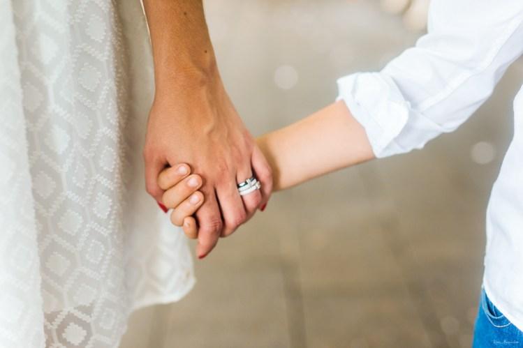 Mère et fils se tiennent la main sur une photo