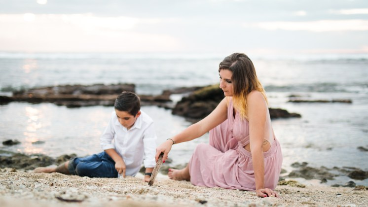 Des photos de famille à la Réunion: un moment sur la plage de Saint-Leu