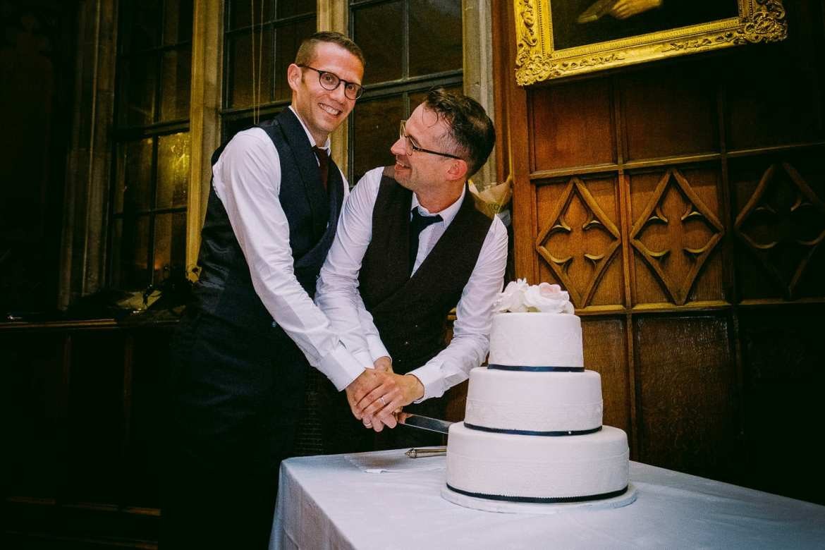 the grooms cut the cake