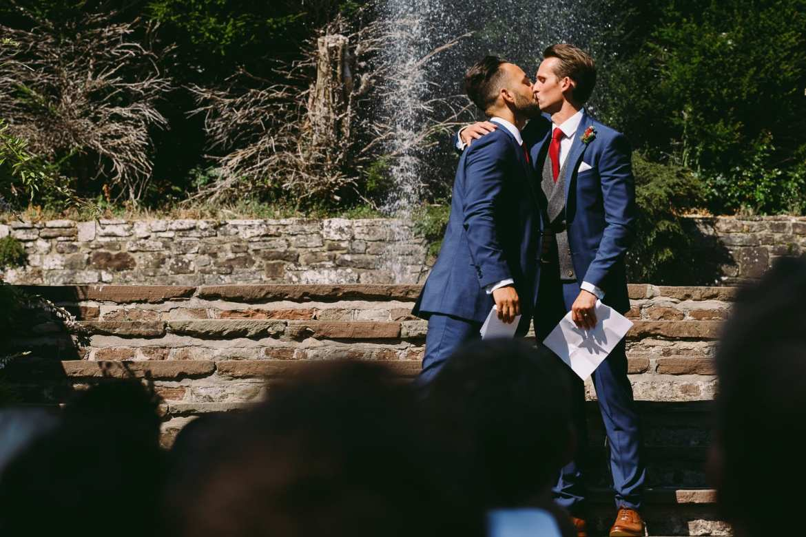 A kiss in front of the fountain