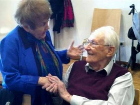 Eva Mozes Kor shakes hand of Oskar Groening (source: Independent.co.uk)
