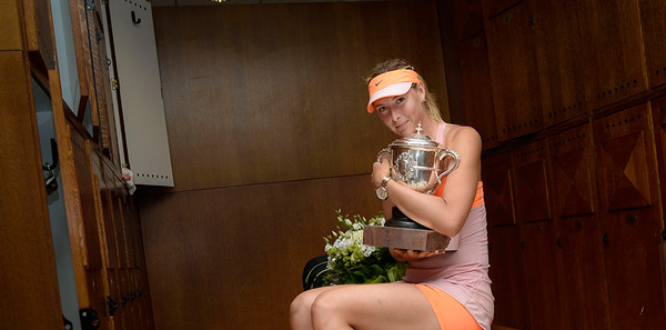Maria Sharapova holds the Coupe Suzanne Lenglen after her victory over Simona Halep. (© FFT)