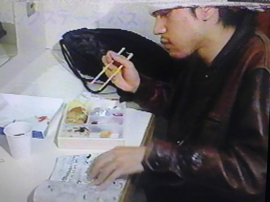 漫画を読みながら弁当を食べる甲本ヒロト