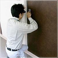 引越し先のマンションの玄関の鍵交換をスマホで調べて近くの鍵屋に依頼した経験があります