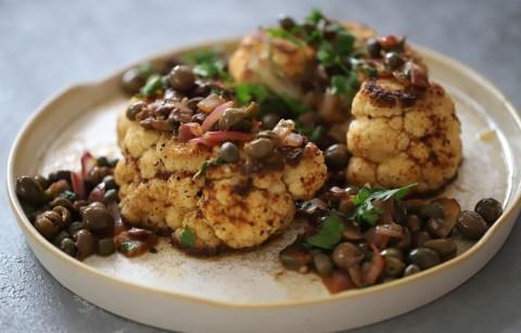 Karnabahar Biftek Yemeği Tarifi ,Nasıl Yapılır? Zeytinli Mantarlı Garnitür ile