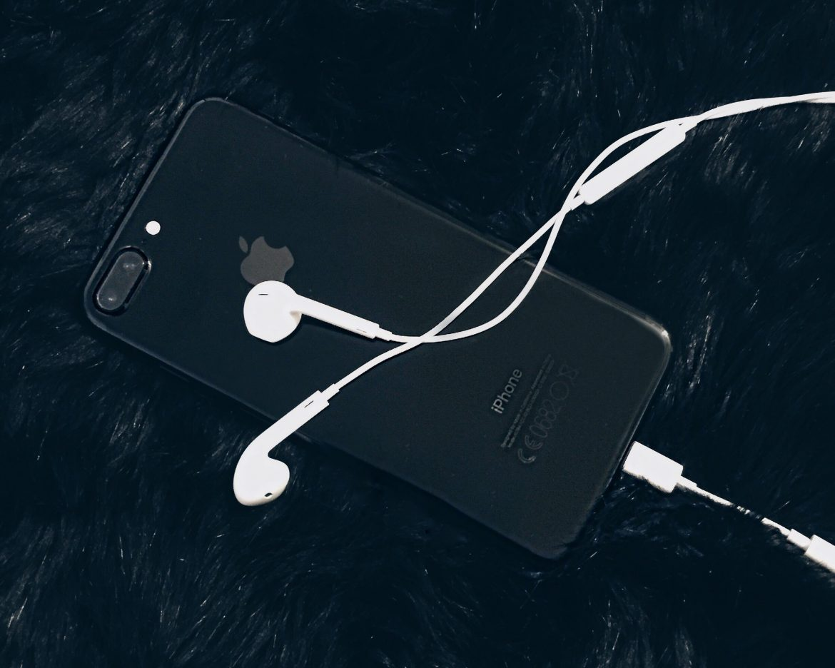 Iphone 7 Plus preto brilhante e fone de ouvido - Iphone 7 plus jet black and earphones - flatlay