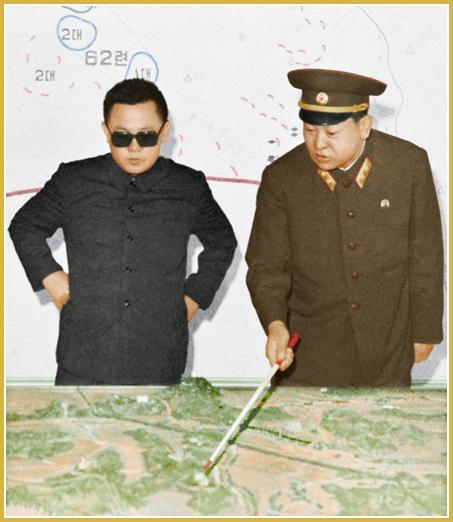 Kim Jong-Il recibe de un comandante del Ejército Popular de Corea un informe sobre plan de operaciones en junio de 1975