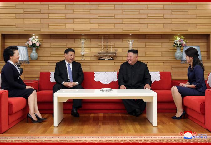 Máximo Dirigente KIM JONG UN ofrece almuerzo en honor de Xi Jinping y Peng Liyuan