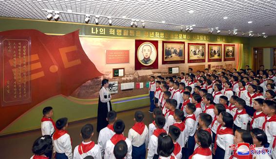 Visita de delegación de la Unión de Niños Coreanos a Mangyongdae