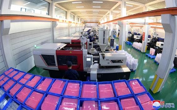 Inaugurada fábrica de artículos escolares.
