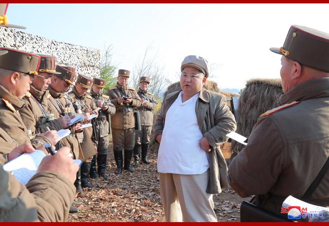 KIM JONG UN dirige ejercicios de fuego de artilleros.