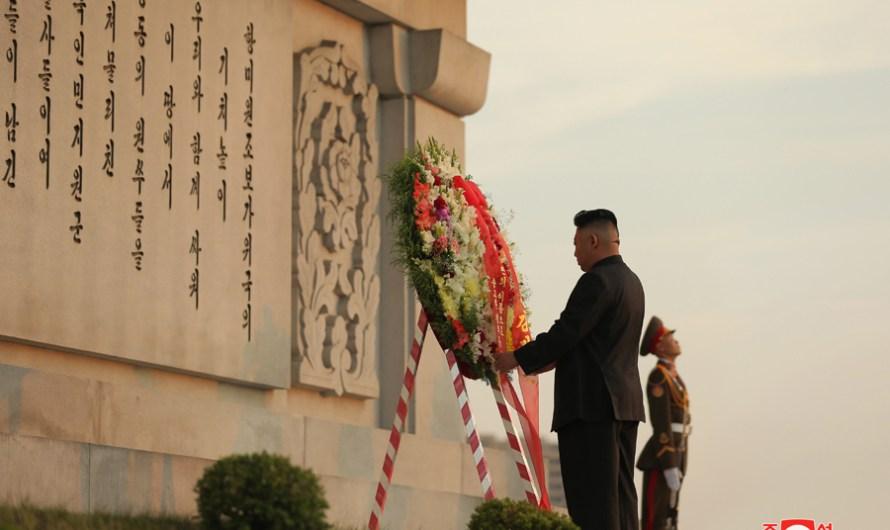 Máximo Dirigente visita el Monumento a la Amistad por el día de victoria en la guerra