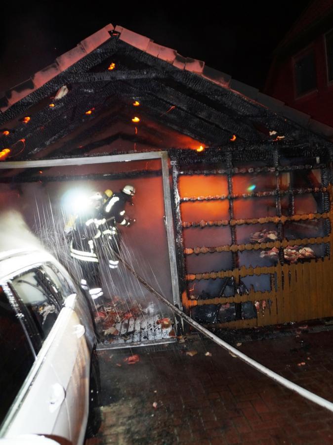 Übergreifen der Flammen auf angrenzende Wohnhäuser verhindert