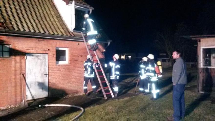 Mülltonnenbrand schlägt auf Dach des Wohnhauses über