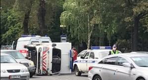 Бишкекте тез жардам унаасы оодарылып кетти. Видео