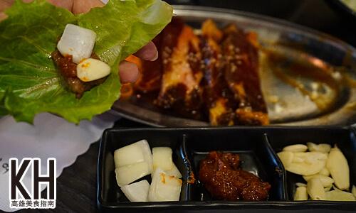 《江南大叔》烤肉可以包生菜以及蒜頭、辣醬、洋蔥一起吃