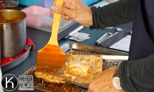 《羊角村炸彈蔥油餅》抹上醬汁