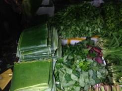 市場で売られているバナナの葉