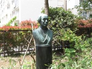 牧野富太郎の胸像とスエコザサ