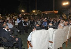 केन्द्र सरकार के सचिवन से चाय प चरचा करत पीएम मोदी