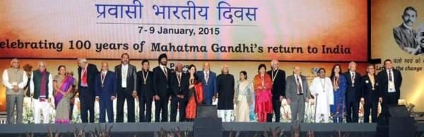 पुरस्कार मिलल प्रवासियन का साथे भारत के उपराष्ट्रपति मो॰ हामिद अंसारी.