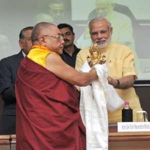 आजु 3 सितंबर के दिल्ली में आयोजित वैश्विक बौद्ध हिन्दू पहल संवाद में आइल पीएम मोदी के स्वागत करत आयोजक.