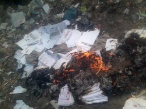 कबाड़ में जलत लिफाफा