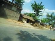 सड़क किनारे बनल घर