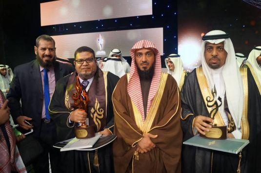 أثناء حصول الدكتور عبدالوهاب بغدادي على جائزة التيمز في دورتها السادسة وتكريمه من وزير التعليم