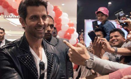 Hrithik Roshan in Dubai with Crewmates, shares Selfie
