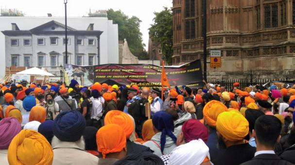 Sikhs locked off London outside parliament 8